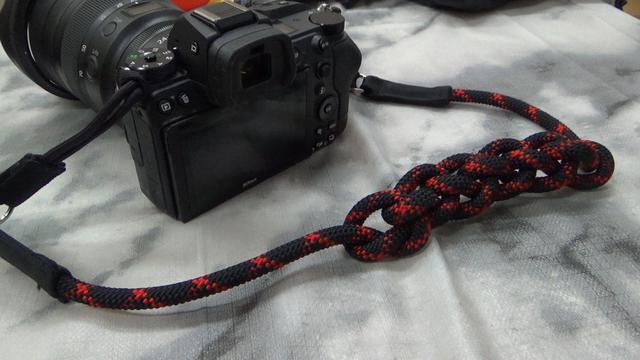 画像: 秋山先生がご自身で鎖網(くさりあみ)にして愛用されているストラップ