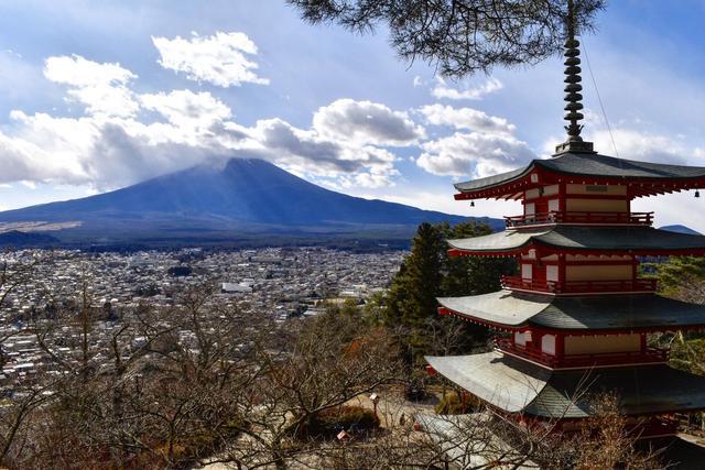 画像: 忠霊塔と富士山 スタッフ福田撮影 2020年12月16日