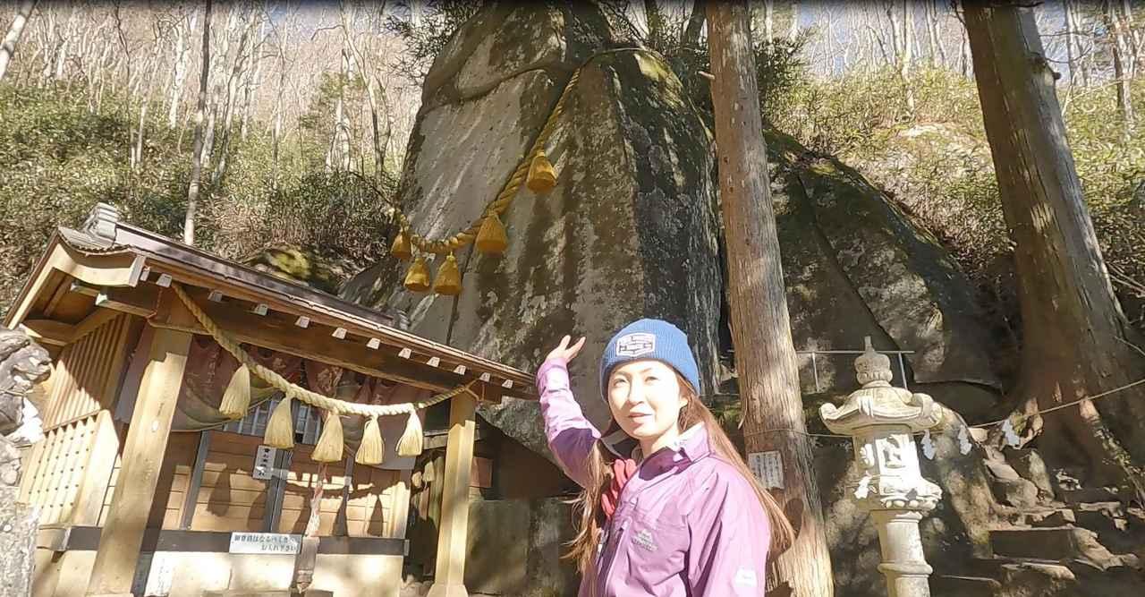 画像: 割れた巨岩が鎮座するパワースポット『石割神社』
