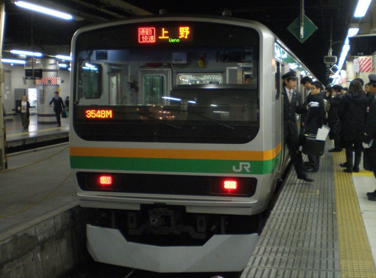 画像: 上野駅に到着し折り返し準備中の通勤快速。多くの通勤客がドアが開くのを待っている。/ 弊社社員鈴木 悠斗撮影