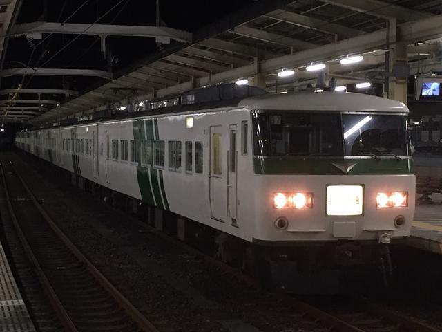 画像: 深夜の浜松駅に停車中の185系ムーンライトながら号。大垣到着後は椅子取りゲームが始まる。/ 弊社スタッフ鈴木 悠斗撮影