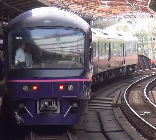 画像: 桜木町を通過するお座敷列車華。大塚と田中が写っています。(弊社鉄道好き社員撮影)