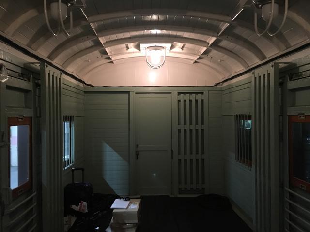 画像: 旧型客車で添乗員が控室で使用した郵便用車両!貴重な体験でした(大塚雅士撮影)