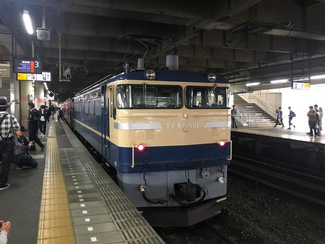 画像: 旧型客車を牽引したEF65-501号機(大塚雅士撮影)