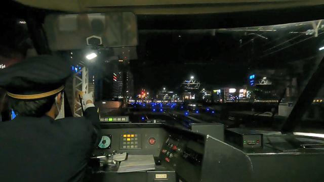 画像: 名古屋駅入線直前の光景。青いランプが特徴的だ。(弊社社員撮影)