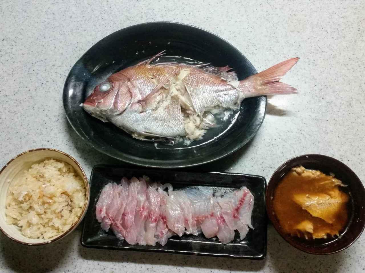 画像: 三徳包丁でさばいた鯛づくし料理。友人と一緒にいただきました