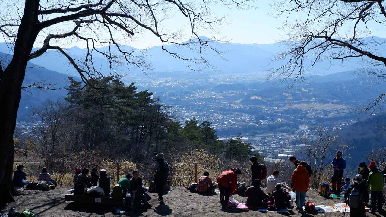 画像: 山頂でお昼休憩している登山者