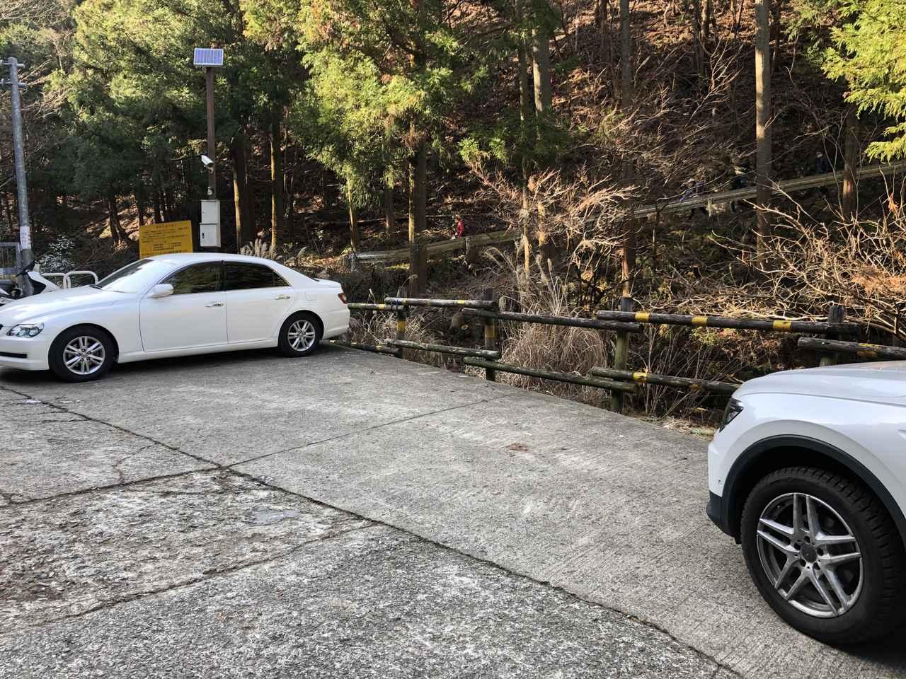 画像: ゲート前駐車場