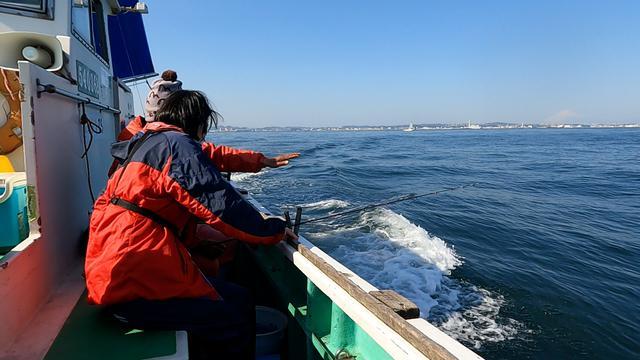画像: 船のスタッフさんから釣り方などレクチャーしてもらいました。