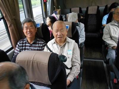 画像: 行きのバスの中は、仲良しメンバーでおしゃべりやお菓子交換でわくわく~ 小学生の遠足を思い出してしまいました。