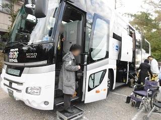 画像: 車イスの方も安心して乗れる専用バスでお出かけでした