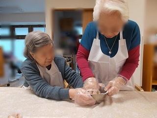 画像: 小麦粉などをよーく練ってます。