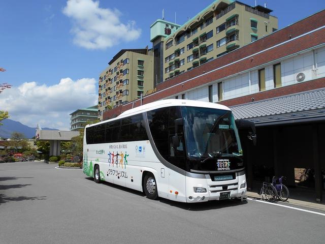画像: 5月16日(木)令和初のまごころ倶楽部春の日帰り旅行 山梨県 富士芝桜まつりへ行ってきましたー! こちらはクラブツーリズムのロゴがまぶしい 観光バスです。