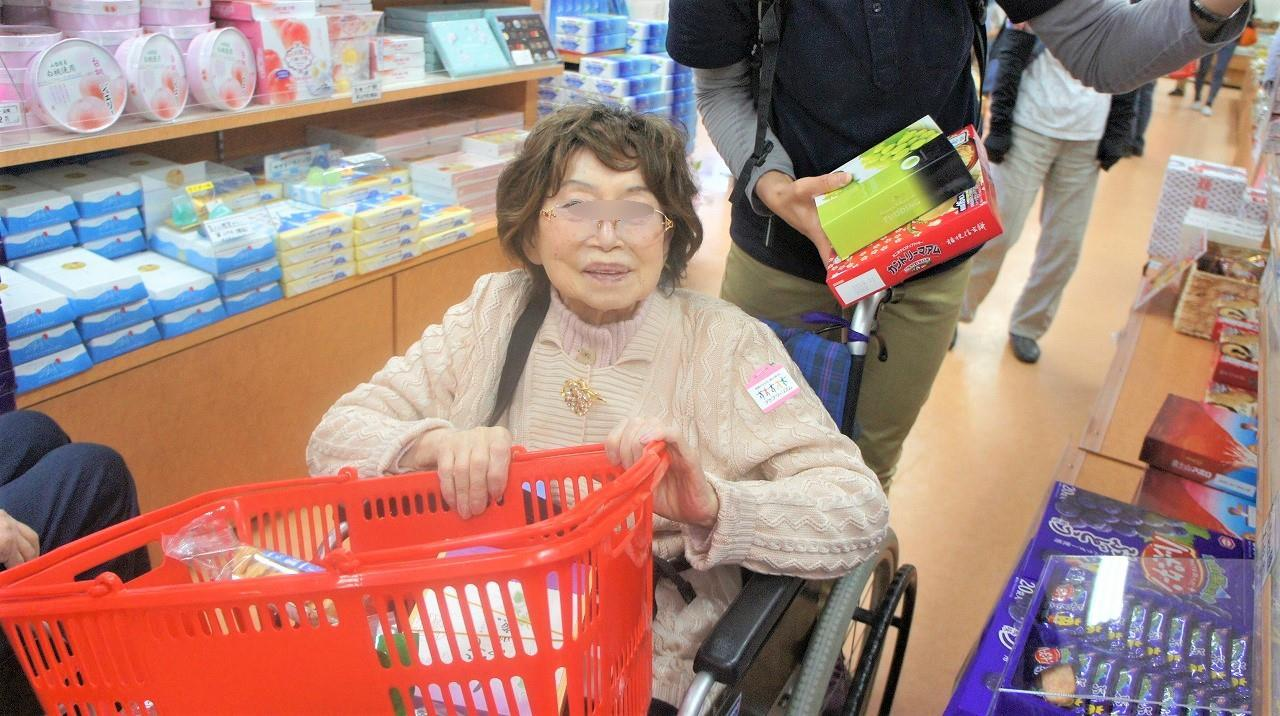 画像: お楽しみはまだ続きます・・・。 道の駅 富士吉田にて お土産お買い物 とても素敵な笑顔です。