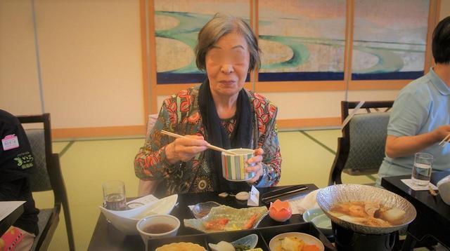 画像: どのお料理もおいしそうです。薄緑のよもぎ豆腐や水炊き鍋にみなさま喜ばれていました。