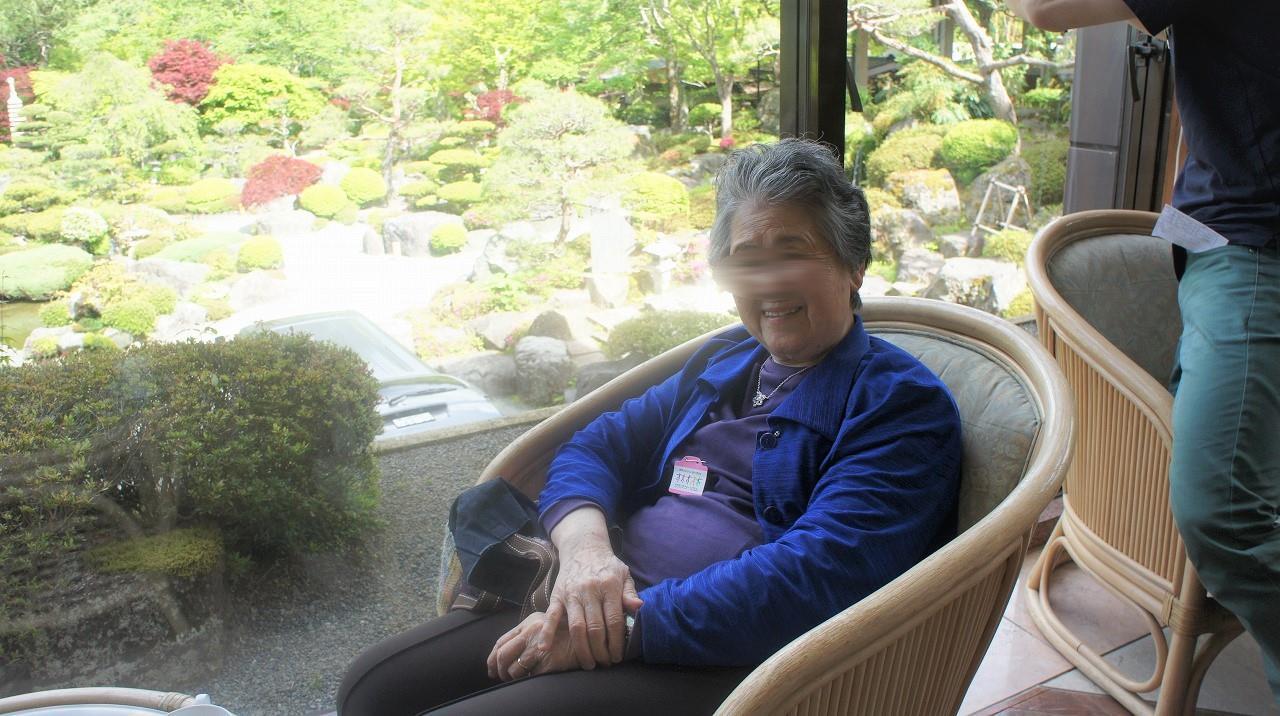 画像: お食事のあとは、美しい庭園を眺めながらラウンジにて コーヒータイム。非日常を満喫されています。