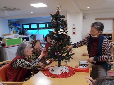 画像: 先ずは、クリスマスツリーを飾り 壁には、ポインセチアで鮮やかに!