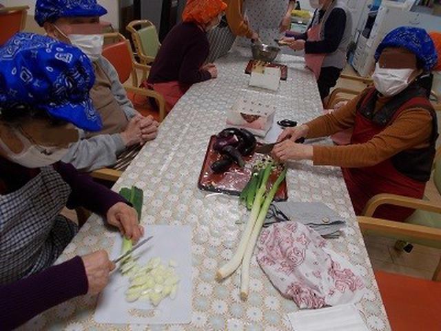 画像: 芋煮と山形のだしを作りました。 野菜のみじん切りキレイに切ってくださいました。