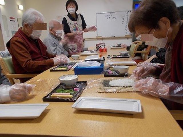 画像: メンバー様と一緒に恵方巻作りをしました。