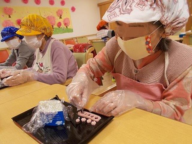 画像: 桜でんぷ・玉子・青菜の三色の押し寿司に ハムを桜の花・花びらの型抜きした物を散らして 美味しそうな押し寿司が出来上がりました。