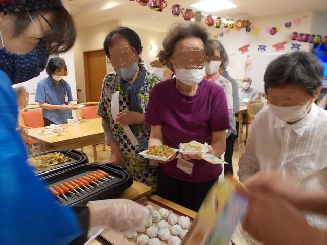 画像: 昼食はまごころ屋台! 1日目は焼きそば、フランクフルト、たこ焼き、フライドポテト、おにぎり、豚汁、冷やしパインを召し上がっていただきました。