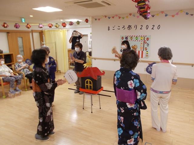 画像: ワッショイ!ワッショイ!という掛け声にのって、まごころ神輿の登場です。 皆様で東京音頭など盆踊りを踊りました。