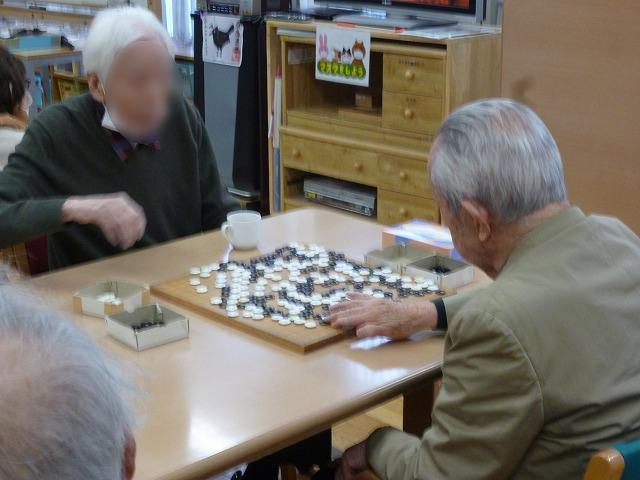 画像: 囲碁も、いつも真剣勝負です。 相手がどう出てくるのか・・・探り合いです。