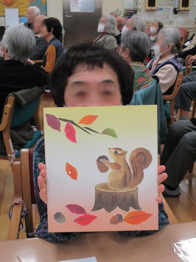 画像3: リス、どんぐりや葉など細かいパーツを指先を使ってちぎり、色紙に貼ります。