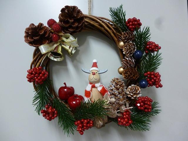 画像: クリスマスに向けて、リース作りをしました。 木で出来たサンタクロース・トナカイ・雪だるまの可愛いリースです。