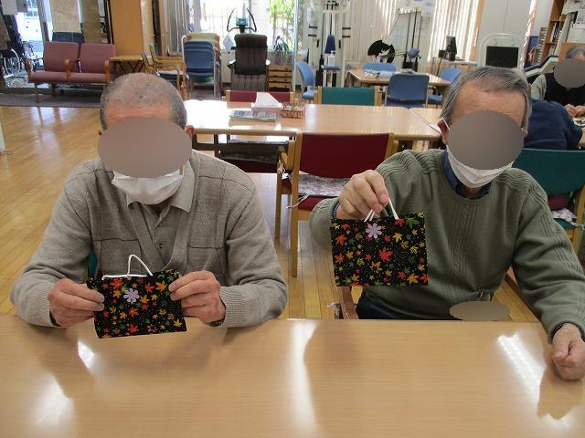 画像1: 絵柄の布とラミネートシートを貼り合わせます。 ケースを閉じる為のマジックテープを貼って完成です。