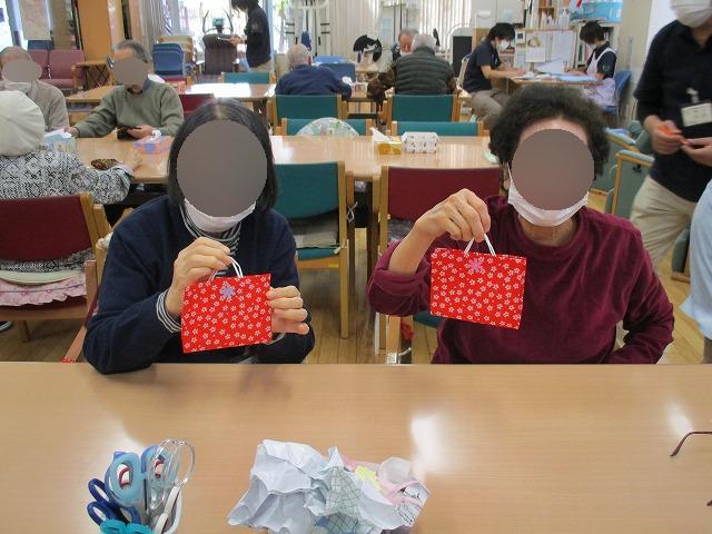 画像2: 絵柄の布とラミネートシートを貼り合わせます。 ケースを閉じる為のマジックテープを貼って完成です。
