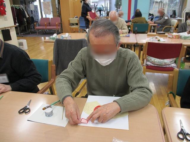 画像1: 男性メンバーさんも真剣にパーツを手でちぎり、 細かいパーツも沢山、貼っていきます。