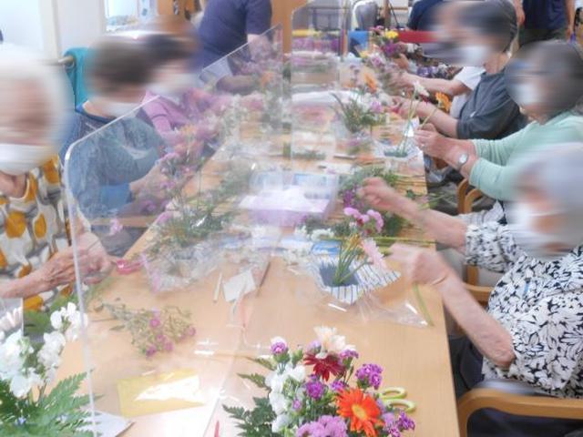 画像4: 人気の「フラワーアレンジメント教室」 5種類のお花を自分好みにアレンジしましょう。