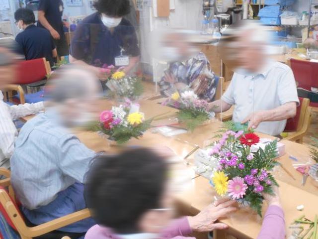 画像5: 人気の「フラワーアレンジメント教室」 5種類のお花を自分好みにアレンジしましょう。