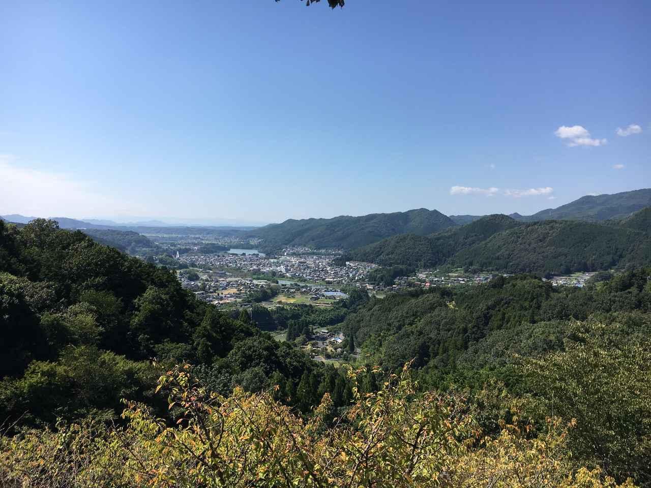 画像: モニュメントのある高台から八百津の街をのぞむ