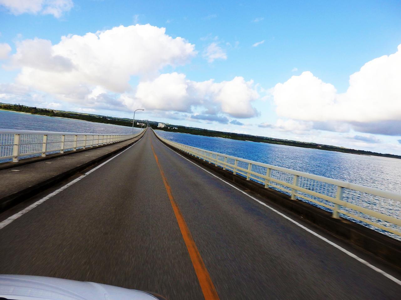 画像: 宮古島の海と空を一望・・・『来間大橋』は絶景ドライブコース-沖縄旅行激安予約サイトの沖縄旅予約ドットコム