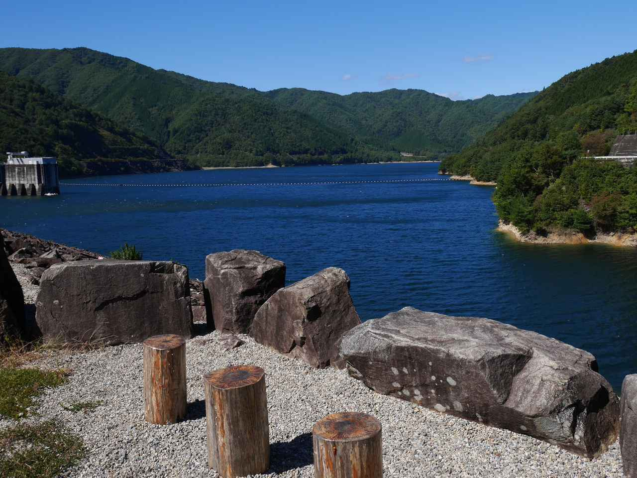 画像: 座ってダム湖を眺めることもできる