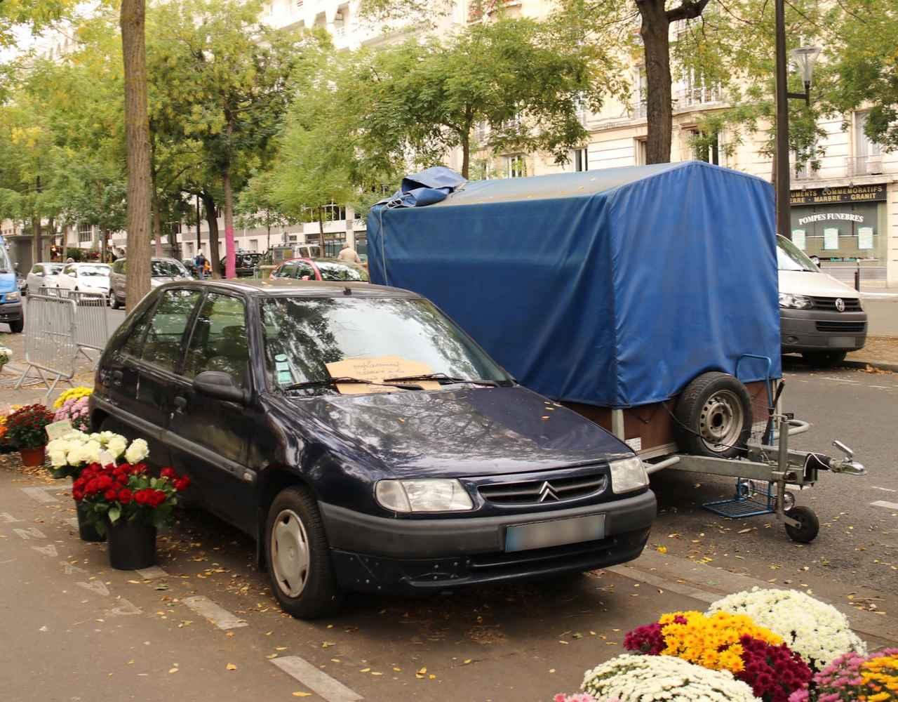 画像: セーヌ左岸パリ14区で、シトロエン・サクソ。