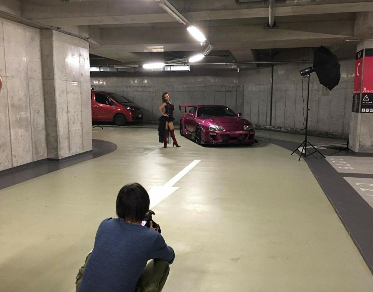 画像: 撮影風景。撮影はこのように地下駐車場のカッコよさをいかして撮影された。