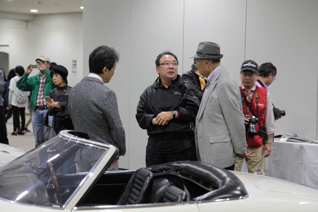 画像: トヨタ博物館館長とオーナーとデザインを担当した岡田さん