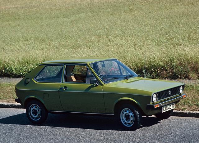 画像: 【初代ポロ】1975〜1981 現在でもVWのベストセラーとなっているポロ。初代は1975年に登場。 www.favcars.com