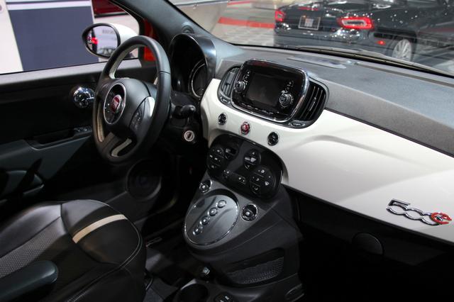 画像: フィアット500eのダッシュボード。ボタン式セレクターに注目。