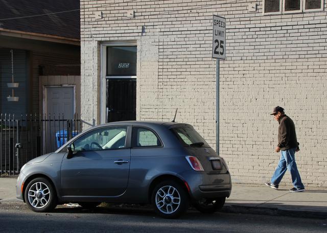 画像: LA郊外の住宅街で。保安基準に従い、前後フェンダーにオレンジ色のサイドマーカーが装備されている。