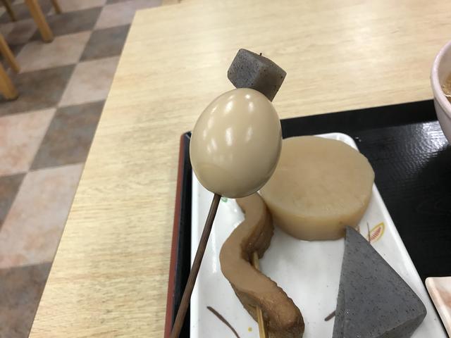 画像: 地元のポピュラーなおうどん屋さんで食べたおでんの上の角切りのこんにゃく。