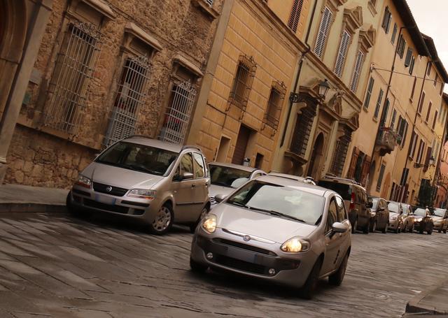 画像: 昼休みが終わり、ふたたび動き出した午後の街で。プントEVO(右)。