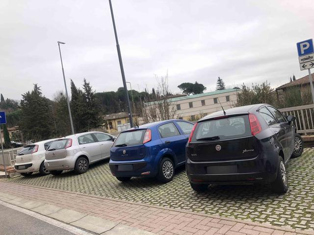 """画像: プントの4台並び。もはやイタリアの""""国民車""""のひとつといってよい。"""