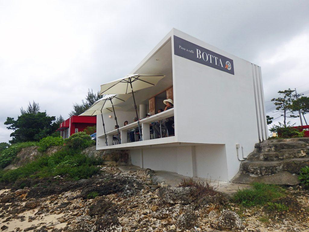 画像: 海に突き出すテラス席はロケーション最高!伊良部島の本格ピザ『 BOTTA 』-沖縄旅行激安予約サイトの沖縄旅予約ドットコム