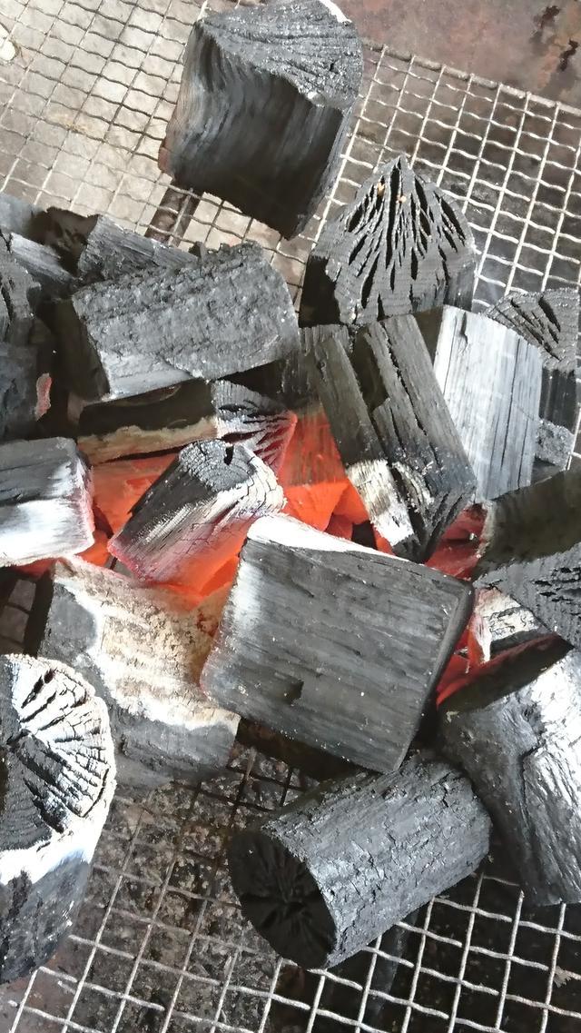 画像: 立派な炭をいただき火をおこします