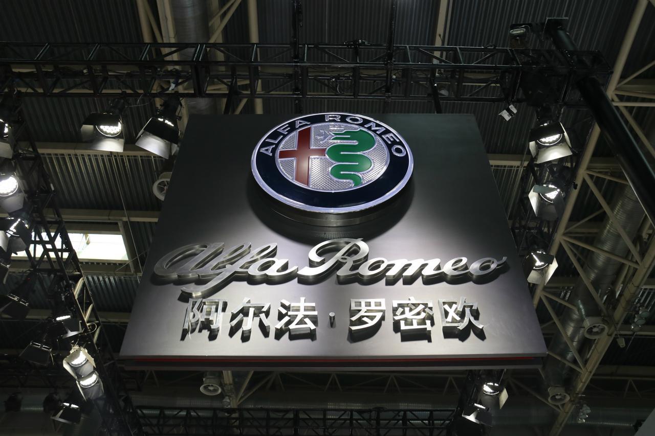 画像: 2018年4月25日から5月4日に開催された北京モーターショー会場で。アルファ・ロメオのブース。なお「阿爾法・羅密欧」は、ギリシア文字のAlfaと、Romeo (& Juliet)の従来からの漢字表記に準拠したもの。