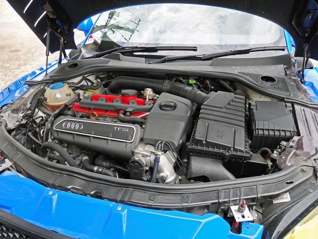 画像: レース用ボンネットを取り付けるために色々施したエンジンルーム。